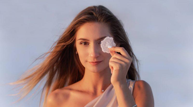 Kobieta patrzy przez sól jodowaną